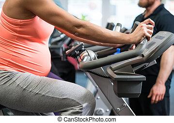 mulher, grávida, ginásio, girar, bicicleta, condicão física
