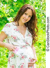 mulher, grávida, parque, jovem, esperando, mãe, bebê, feliz