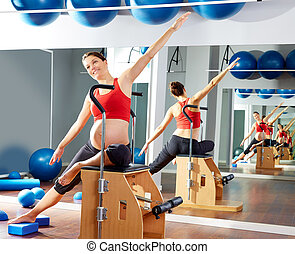 mulher grávida, pilates, lado, estiramento, exercício