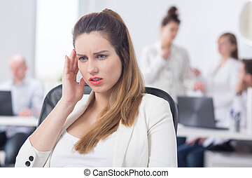 mulher, grávida, tendo, dor de cabeça