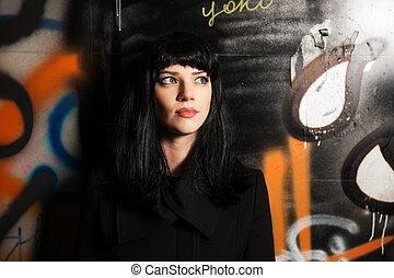 mulher, grunge, parede, agasalho, jovem, pretas, graffiti