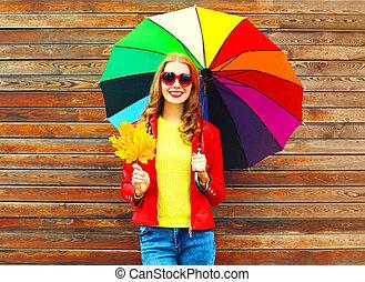 mulher, guarda-chuva, coloridos, madeira, folhas, outono, fundo, retrato, sorrindo, sobre, maple
