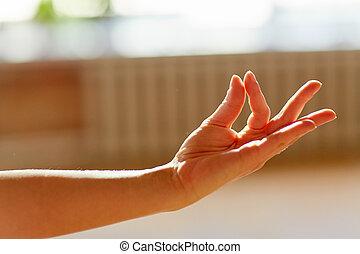 mulher, gyan, mudra, meditar, mostrando, iogue, mão