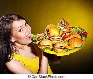 mulher, hamburger., magra, segurando