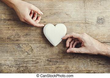 mulher, heart., conectado, mãos, através, homem