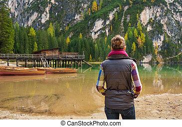mulher, hiker, olhar, em, madeira, barcos, e, cais, ligado, lago, bries