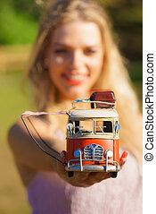 mulher, hippie, furgão, modelo, objeto, segurando