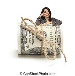 mulher hispânica, inclinar-se, um, rolo, de, cem dólar,...