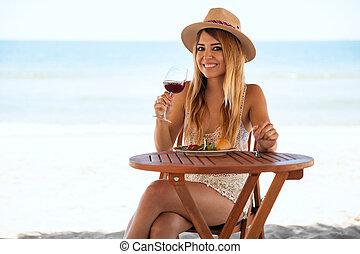 mulher hispânica, relaxante, praia, sozinha
