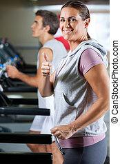 mulher homem, executando, ligado, treadmill