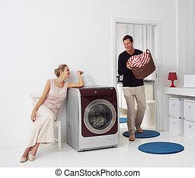 mulher homem, fazendo lavanderia