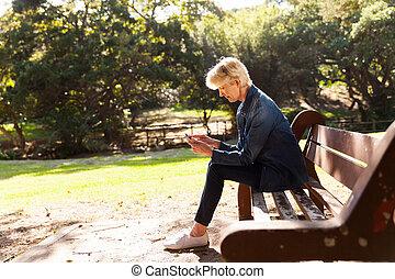 mulher, idade, parque, meio, telefone, usando, esperto