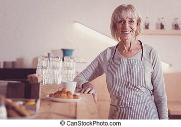 mulher, idade, satisfeito, mão, sorrir., pôr, tabela