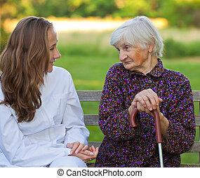mulher idosa, com, a, doutor jovem