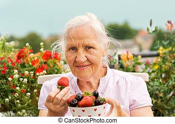 mulher idosa, com, bagas