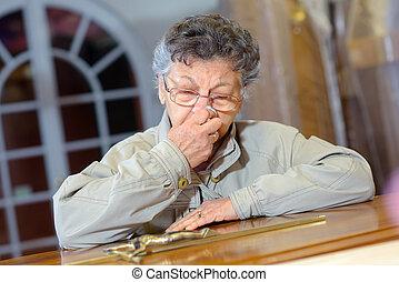 mulher idosa, com, crucifixo