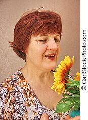 mulher idosa, com, flores