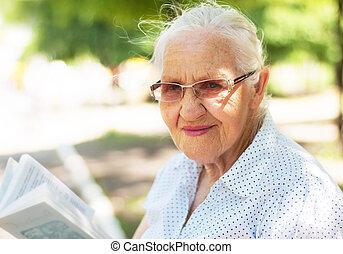 mulher idosa, com, livro
