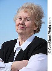 mulher idosa, com, mãos cruzadas