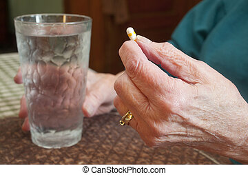 mulher idosa, com, pílula