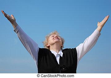 mulher idosa, com, rised, mãos, olha, em, céu