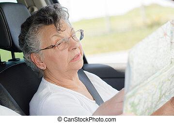 mulher idosa, com, um, mapa