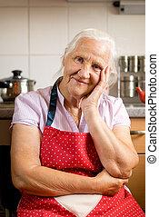 mulher idosa, cozinha