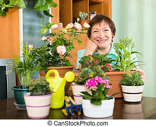 mulher idosa, cuidando, dela, flores, casa