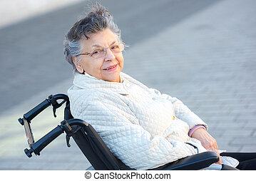 mulher idosa, em, cadeira rodas, posar