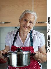mulher idosa, em, cozinha