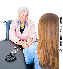 mulher idosa, em, doutor