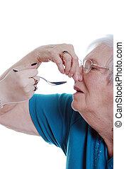 mulher idosa, fazendo exame medication