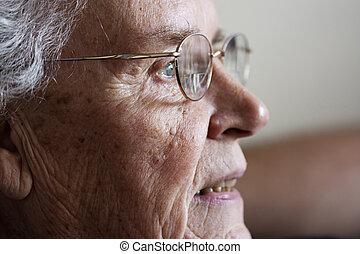 mulher idosa, fitar, e, sorrindo, de, lado
