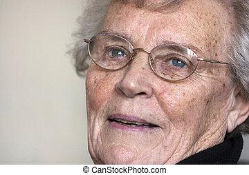 mulher idosa, fitar, e, sorrindo
