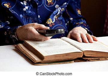 mulher idosa, leitura
