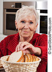 mulher idosa, levando, pão