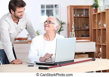 mulher idosa, ligado, laptop
