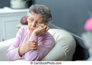 mulher idosa, ligado, um, sofá
