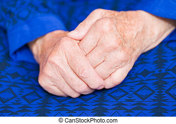 mulher idosa, mãos