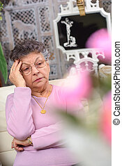 mulher idosa, olhar, deprimido