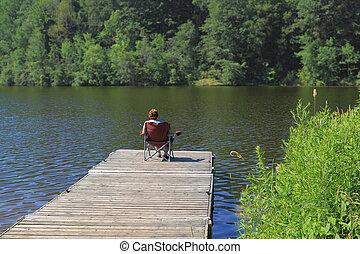mulher idosa, pesca, de, a, dock.
