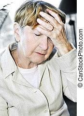 mulher idosa, segurando cabeça