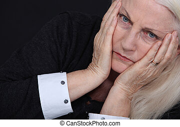 mulher idosa, sofrimento