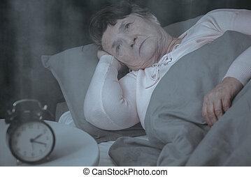 mulher idosa, tentando, dormir