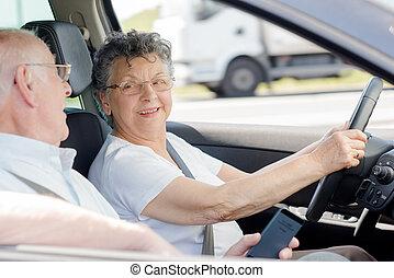 mulher, idoso, dirigindo