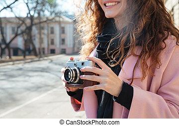 mulher, imagem, recortado, câmera, retro, segurando, sorrindo