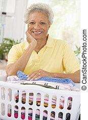 mulher, inclinar-se, lavando, cesta