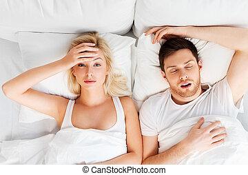 mulher, infeliz, dormir, cama, roncar, homem