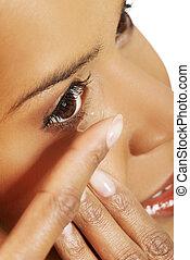 mulher, inserindo, lente contato