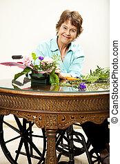 mulher inválida, arranjando flores